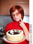 Купить «Бабушка держит торт», фото № 509981, снято 23 сентября 2008 г. (c) Vdovina Elena / Фотобанк Лори