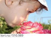 Купить «Малыш нюхает цветок», фото № 510989, снято 21 июля 2008 г. (c) Игорь Романов / Фотобанк Лори