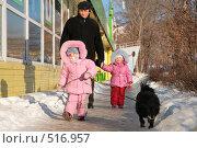 Купить «Мужчина с детьми», фото № 516957, снято 16 января 2019 г. (c) Losevsky Pavel / Фотобанк Лори