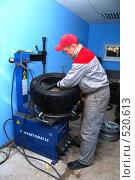 Работа в шиномонтаже (2008 год). Редакционное фото, фотограф Тельманов Дмитрий / Фотобанк Лори