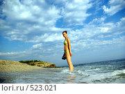 Девушка на берегу моря. Стоковое фото, фотограф Александр Тимофеев / Фотобанк Лори