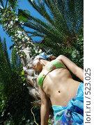 Девушка у пальмы. Стоковое фото, фотограф Александр Тимофеев / Фотобанк Лори
