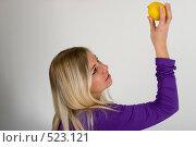 Купить «Девушка с лимоном», фото № 523121, снято 15 ноября 2018 г. (c) Дианова Елена / Фотобанк Лори