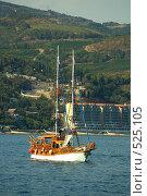 Крым яхта на фоне берега (2008 год). Стоковое фото, фотограф Сергей Литвиненко / Фотобанк Лори