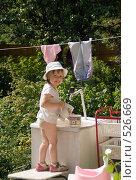 Купить «Ребенок на даче моет посуду», фото № 526669, снято 8 июля 2008 г. (c) Кирилл Савельев / Фотобанк Лори