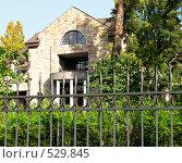 Купить «Частный дом за железным забором», фото № 529845, снято 5 октября 2008 г. (c) Юлия Подгорная / Фотобанк Лори
