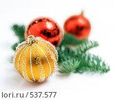 Купить «Елочные украшения и еловая ветка», фото № 537577, снято 5 ноября 2007 г. (c) Логинова Елена / Фотобанк Лори
