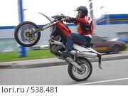Мотоциклист едет на заднем колесе (2007 год). Редакционное фото, фотограф Сергей Юрченко / Фотобанк Лори