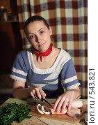 Девушка режет вареного кальмара. Стоковое фото, фотограф Яков Филимонов / Фотобанк Лори