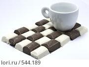 Купить «Кофейная чашка на шоколадной плитке», фото № 544189, снято 4 ноября 2008 г. (c) Кузнецов Дмитрий / Фотобанк Лори