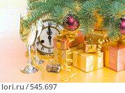 Купить «Старинные часы, шампанское, подарки и еловая ветка. Новогоднее украшение», фото № 545697, снято 26 сентября 2008 г. (c) Мельников Дмитрий / Фотобанк Лори