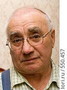 Купить «Портрет старика. Пожилой мужчина в очках со слуховым аппаратом. Крупный план», фото № 550457, снято 30 марта 2008 г. (c) Max Toporsky / Фотобанк Лори