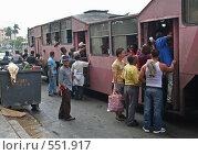 Толпа пассажиров на входе в автобус, Гавана, Куба (2006 год). Редакционное фото, фотограф Денис Березин / Фотобанк Лори