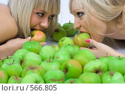 Купить «Две блондинки и яблоки», фото № 566805, снято 12 октября 2008 г. (c) Михаил Мандрыгин / Фотобанк Лори