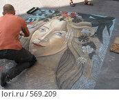 Художник на асфальте мелками рисует копию фрагмента картины Ботичелли (2008 год). Редакционное фото, фотограф Anna Marklund / Фотобанк Лори