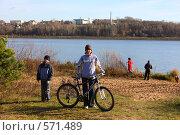 Семья на прогулке на природе (2008 год). Редакционное фото, фотограф Елена Чердынцева / Фотобанк Лори