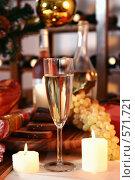 Купить «Новогодний натюрморт с шампанским и виноградом», фото № 571721, снято 5 ноября 2005 г. (c) Татьяна Белова / Фотобанк Лори
