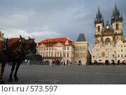 Купить «Упряжка из двух коней на Староместской площади в Праге», фото № 573597, снято 8 июля 2008 г. (c) Артем Абрамян / Фотобанк Лори