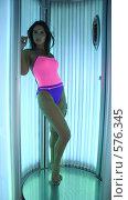 Купить «Красивая девушка в солярии», фото № 576345, снято 16 октября 2008 г. (c) Михаил Малышев / Фотобанк Лори