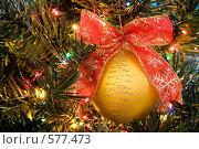Купить «Новогодний золотой шар с красным бантом на елке», фото № 577473, снято 22 ноября 2008 г. (c) Архипова Мария / Фотобанк Лори