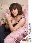 Девушка в платье сидит на диване. Стоковое фото, фотограф Елена Куколева / Фотобанк Лори