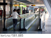 Горизонтальный эскалатор на пешеходном мосту. Стоковое фото, фотограф Кирилл Чернов / Фотобанк Лори