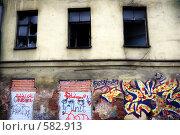 Заброшенное здание, граффити на фасаде. Редакционное фото, фотограф Алексей Семенов / Фотобанк Лори