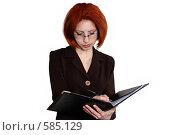 Купить «Рыжеволосая девушка пишет в папке», фото № 585129, снято 12 апреля 2007 г. (c) Марианна Меликсетян / Фотобанк Лори