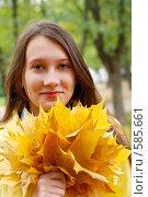 Купить «Портрет девушки с кленовыми листьями», фото № 585661, снято 1 октября 2008 г. (c) Мирослава Безман / Фотобанк Лори