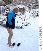 Купить «Закаливание, мужчина босиком на снегу», фото № 586989, снято 24 ноября 2008 г. (c) Татьяна Баранова / Фотобанк Лори