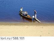 Купить «Переправа через реку на деревянной лодке. Юный перевозчик», эксклюзивное фото № 588101, снято 22 мая 2004 г. (c) Наталия Шевченко / Фотобанк Лори