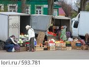 Купить «Город Истра. Торговля из кузова фургона», фото № 593781, снято 25 октября 2008 г. (c) Юрий Синицын / Фотобанк Лори