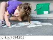 Купить «Девочка рисует на асфальте», фото № 594865, снято 23 августа 2007 г. (c) Игорь Киселёв / Фотобанк Лори