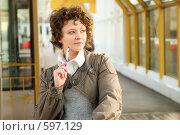 Купить «Молодая девушка, держащая в руках шариковую ручку», фото № 597129, снято 15 ноября 2008 г. (c) Дмитрий Яковлев / Фотобанк Лори