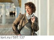 Купить «Молодая девушка с мобильным телефоном в руках», фото № 597137, снято 15 ноября 2008 г. (c) Дмитрий Яковлев / Фотобанк Лори