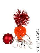 Купить «Флакон в виде сердца и новогодние украшения», фото № 597945, снято 2 декабря 2008 г. (c) Дианова Елена / Фотобанк Лори