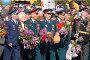 Ветераны Великой отечественной войны с цветами в руках идут в строю, фото № 599257, снято 9 мая 2006 г. (c) Виктор Филиппович Погонцев / Фотобанк Лори