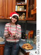 Купить «Девушка в новогоднем колпаке вытирает бокал», фото № 603789, снято 7 декабря 2008 г. (c) Агата Терентьева / Фотобанк Лори