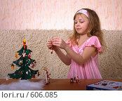 Купить «Девочка наряжает елку», эксклюзивное фото № 606085, снято 8 декабря 2008 г. (c) Juliya Shumskaya / Blue Bear Studio / Фотобанк Лори