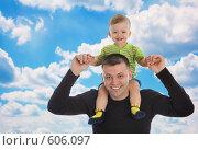 Купить «Счастливый папа с маленьким ребенком на плечах», фото № 606097, снято 30 ноября 2008 г. (c) Вадим Пономаренко / Фотобанк Лори