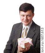 Купить «Мужчина с коробкой в форме сердца», фото № 607613, снято 30 января 2008 г. (c) Майя Крученкова / Фотобанк Лори