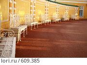 Белые лавочки, стоящие в ряд (2008 год). Стоковое фото, фотограф Володина Светлана / Фотобанк Лори