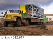 Купить «Длинномер перевозит бетоносмесительный модуль», фото № 612917, снято 10 октября 2008 г. (c) Игорь Момот / Фотобанк Лори