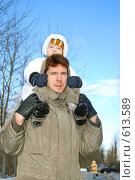 Зимняя прогулка папы с сыном. Стоковое фото, фотограф Наталья Груздева / Фотобанк Лори