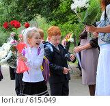 Купить «1 сентября.Первоклашки. Счастливая первоклассница держит розы», эксклюзивное фото № 615049, снято 1 сентября 2008 г. (c) Катерина Белякина / Фотобанк Лори