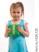 Купить «Девочка с подарком», фото № 624125, снято 20 октября 2007 г. (c) Ольга С. / Фотобанк Лори