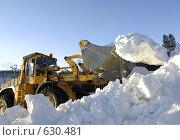 Трактор и снежная гора (2008 год). Редакционное фото, фотограф Дмитрий Лемешко / Фотобанк Лори