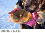 Купить «Блины на тарелке в женских руках, вид сбоку», фото № 647633, снято 7 января 2009 г. (c) Тимур Ахмадулин / Фотобанк Лори