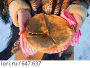 Купить «Блины на тарелке в женских руках, вид сверху», фото № 647637, снято 7 января 2009 г. (c) Тимур Ахмадулин / Фотобанк Лори