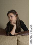 Купить «Девочка в задумчивости смотрит в сторону», фото № 648205, снято 30 ноября 2008 г. (c) Владимир Воякин / Фотобанк Лори